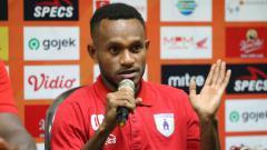 Indosport - Gunansar Mandowen layak dipilih sebagai bintang U-23 Liga 1 2020 pekan ketiga berkat penampilan luar biasa saat melawan Persebaya Surabaya.