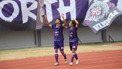 Indosport - Selebrasi Sirvi Arvani usai cetak gol kd gawang Cilegon United. Foto: Media Persita