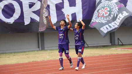 Selebrasi pemain Persita Tangerang, Sirvi Arvani usai cetak gol ke gawang Cilegon United. Foto: Media Persita - INDOSPORT