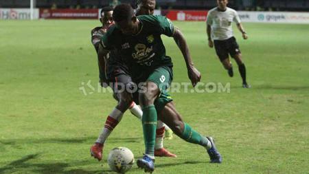 Amido Balde mempertahankan bola dari pemain Persipura, Jumat (02/08/19). Foto: Fitra Herdian/INDOSPORT - INDOSPORT