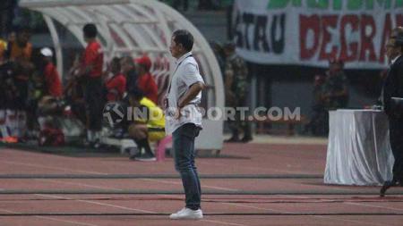 Pelatih Persebaya Djadjang Nurdjaman ketika melihat penampilan anak didiknya melawan Persipura, Jumat (02/08/19). Foto: Fitra Herdian/INDOSPORT - INDOSPORT