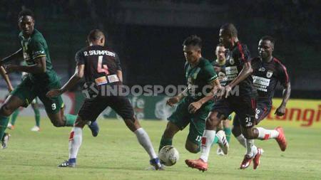 Pelatih Persebaya Aji Santoso menunjuk Rachmat Irianto sebagai kapten saat pertandingan melawan Persija di Stadion Gelora Bung Karno (GBK) - INDOSPORT