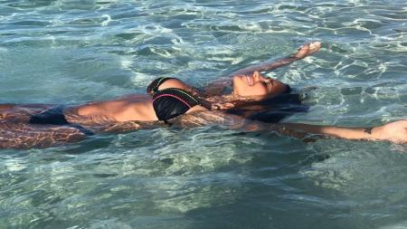 Antonela Roccuzzo ketika menikmati liburannya di sebuah pantai. - INDOSPORT
