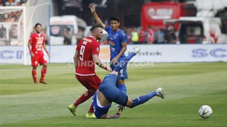 Marko Simic berduel dengan pemain lawan dalam laga Persija vs Arema FC di SUGBK, Senayan pada pekan ke-12 Liga 1 2019, Sabtu (03/08/19). - INDOSPORT