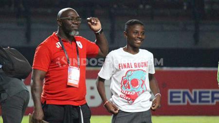 Pelatih Persipura Jayapura Jacksen F Tiago (kiri) bersama sang anak Hugo Samir (kanan) usai laga lawan Persebaya Surabaya pada pekan ke-12 Liga 1 2019 di Stadion Gelora Bung Tomo (GBT), Jumat (02/08/19). - INDOSPORT