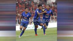 Indosport - Selebrasi Ahmad Nur Hadianto dalam laga Persija vs Arema FC di SUGBK, Senayan pada pekan ke-12 Liga 1 2019, Sabtu (03/08/19).