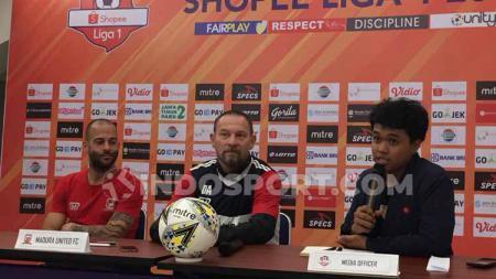 Dejan Antonic, pelatih Madura United saat sedang konfrensi pers - INDOSPORT
