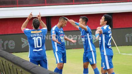 Selebrasi Raphael Maitimo saat pertandingan Sulut United vs PSIM Yogyakarta pada Liga 2 2019 pekan ke-9 di Stadion Kapten I Wayan Dipta Gianyar, Sabtu (3/8/19). - INDOSPORT