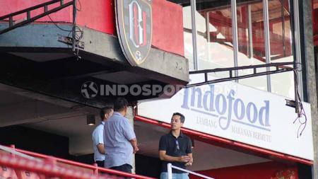 Petinggi Sulut United, Bima Sinung Widagdo saat meninjau kelengkapan Stadion Kapten I Wayan Dipta, Gianyar, Jumat (02/08/2019). - INDOSPORT