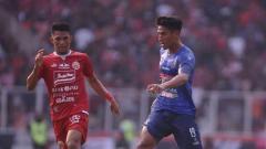 Indosport - Gelandang Arema FC, Hanif Sjahbandi, menguasai bola dalam laga melawan Persija Jakarta di pekan ke-12 Shopee Liga 1 2019, Sabtu (3/8/19).