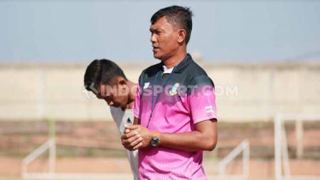 Komang Mariawan saat memberi intruksi dalam seleksi pemain Perseden Denpasar. Foto: Nofik Lukman Hakim/INDOSPORT - INDOSPORT