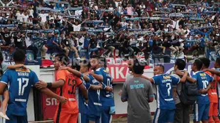 Ribuan Brajamusti saat menyanyikan lagu 'Aku Yakin dengan Kamu' bersama penggawa PSIM Yogyakarta di di Stadion Kapten I Wayan Dipta, Gianyar, Sabtu (03/08/19) sore - INDOSPORT