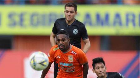 Terens Owang Puhiri berhasil melewati pemain PSS Sleman  Liga 1 2019 pekan ke-13. - INDOSPORT