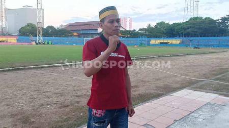 Pak Syahdan berada di Stadion Andi Mattalatta, Makassar, Sabtu (3/8/19), setelah menerima tiket VIP Utama Final Kratingdaeng Piala Indonesia. - INDOSPORT