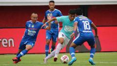 Indosport - Penyerang Sulut United, Martinus Novianto berusaha melewati kawalan pemain PSIM Yogyakarta dalam pertandingan di Stadion Kapten I Wayan Dipta, Gianyar, Sabtu (03/08/2019).