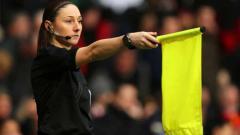 Indosport - Sian Massey-Ellis hakim garis wanita pertama di Community Shield.