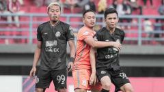 Indosport - Pemain Borneo FC berusaha gagalkan aksi pemain PSS Sleman di Liga 1 2019 pekan ke-13.