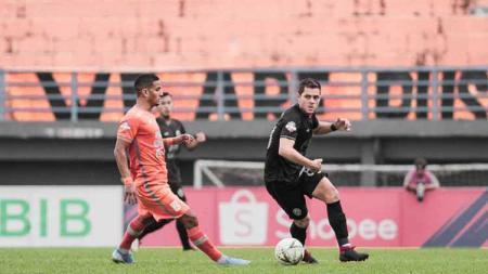 Renan Silva berusaha serang pemain PSS Sleman yang tengah membawa bola di Liga 1 2019 pekan ke-13. - INDOSPORT