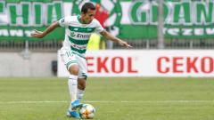 Indosport - Egy Maulana Vikri tengah mengontrol bola pada laga saat melawan Wisla Krakow.