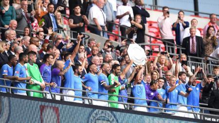 Pemain Manchester City mengangkat trofi Community Shield 2019/20 di Stadion Wembley, Minggu (04/08/19). - INDOSPORT