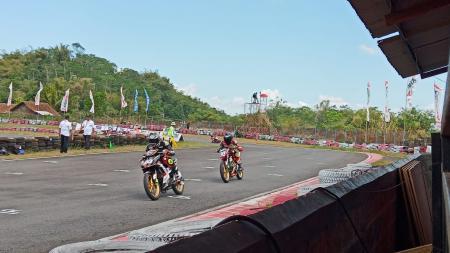 Dua pembalap ART Yogyakarta berhasil memenangkan Oneprix Indonesia Motorprix Championship (IMC) 2019 kelas Expert. - INDOSPORT