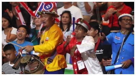 Fans bulutangkis Indonesia, Haryanto atau yang akrab disapa Pak Yanto mencuri perhatian Federasi Bulutangkis Dunia (BWF). - INDOSPORT