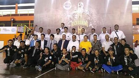 Petarung Sumut foto bersama usai pengalungan medali di Kejurnas Kick Boxing 2019. - INDOSPORT