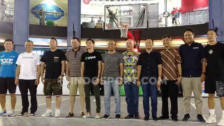 Gatot S. Dewa Broto selaku Sesmenpora dengan Hasan Gozali, Komisaris Utama IBL dengan Runner Up IBL Gojek 3X3, Pelita Jaya. - INDOSPORT