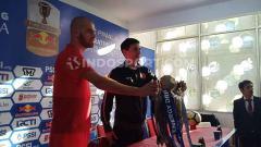 Indosport - Wiljan Pluim (Playmaker PSM Makassar) dan Darije Kalezic (Pelatih PSM Makassar) berfoto bersama trofi Kratingdaeng Piala Indonesia pada konferensi pers pra laga di Media Center Stadion Andi Mattalatta, Makassar, Senin (05/08/19) sore.