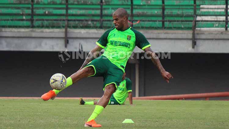 David Da Silva saat latihan perdana di Stadion GBT, Senin (5/8/19). Copyright: Fitra Herdian/INDOSPORT