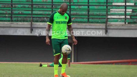 David Da Silva menunjukkan skill mengolah bola saat latihan di Stadion GBT, Senin (5/8/19). - INDOSPORT