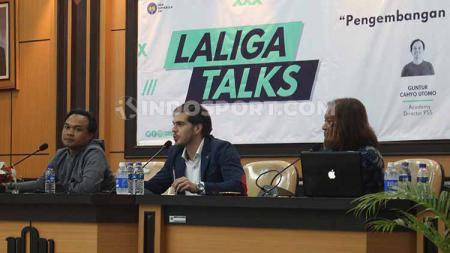 Delegasi LaLiga Spanyol untuk Indonesia, Rodrigo Gallego, bersama perwakilan Asprov PSSI DIY, Fajar Junaedi, dan Direktur Akademi PSS Sleman, Guntur Cahyo Utomo. - INDOSPORT
