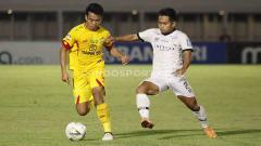 Indosport - Andik Vermansah berusaha keras untuk menggagalkan aksi pemain Bhayangkara FC di Liga 1 2019 pekan ke-12.