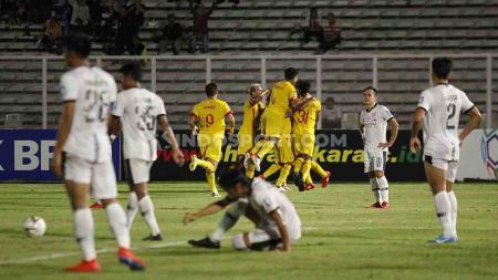 Bhayangkara FC unggul sementara 1-0 atas Madura United lewat gol Indra Kahfi pada lanjutan laga Liga 1 di Stadion Madya Senayan, Senin (05/08/19). - INDOSPORT
