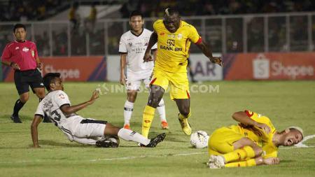 Herman Dzumafo berusaha keras merebut bola dari pemain Madura United di Liga 1 di Stadion Madya Senayan, Senin (05/08/19). - INDOSPORT