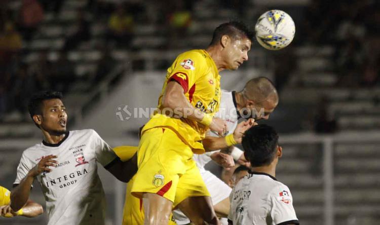 situasi duel udara Bhayangkara FC vs Madura United di Liga 1 pekan ke-12 di Liga 1 di Stadion Madya Senayan, Senin (05/08/19). Copyright: Herry Ibrahim/INDOSPORT