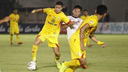 Syahrian Abimanyu berusaha merebut bola dari pemain Bhayangkara FC di Liga 1 di Stadion Madya Senayan, Senin (05/08/19). - INDOSPORT