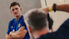 Indosport - Harry Maguire saat melakukan pemontretan resmi direkrut Man United.