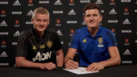 Harry Maguire tanda tangani kontrak bersama Man United. - INDOSPORT