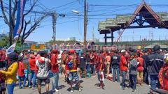 Indosport - Sejumlah suporter PSM Makassar sudah memadati gerbang utama Stadion Andi Mattalatta, Makassar, Selasa (06/08/19) pukul 13:15 WITA. Foto: Adriyan Adirizky Rahmat/INDOSPORT