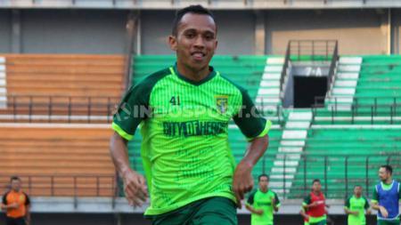 Striker klub Liga 1, Persebaya Surabaya, yakni Irfan Jaya ketika latihan di Stadion GBT. - INDOSPORT