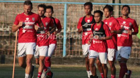 Dallen Doke (tengah) saat berada di antara pemain-pemain senior Bali United. Foto: Nofik Lukman Hakim/INDOSPORT - INDOSPORT