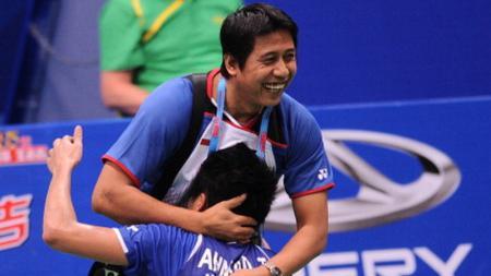 Christian Hadinata (atas) memeluk Tontowi Ahmad usai memenangkan kejuaraan World Badminton Championships 2013 bersama Liliyana Natsir - INDOSPORT