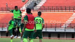 Indosport - Persebaya Surabaya tidak ingin kenangan buruk kalah telak dari Arema FC mempengaruhi mereka jelang laga melawan Perseru Badak Lampung.