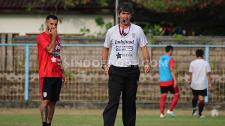 Gelandang Bali United, Brwa Nouri (kiri) saat mendengarkan instruksi pelatihnya, Stefano Cugurra, dalam sesi latihan di Lapangan Samudra, Legian, Kuta, Badung, Senin (5/8/19). - INDOSPORT