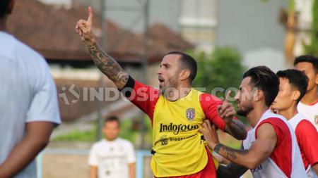 Gelandang Bali United, Paulo Sergio saat bercanda dengan rekan-rekannya dalam sesi latihan di Lapangan Samudra, Legian, Kuta, Badung.jpg - INDOSPORT