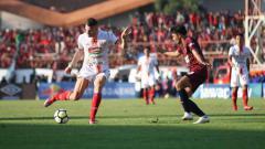 Indosport - Marko Simic tengah mengekekusi bola ke arah gawang PSM Makassar di laga final Piala Indonesia 2019.