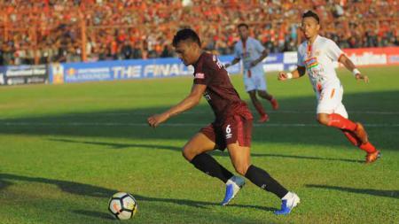 Ferdinand Sinaga berusaha membawa bola ke arah gawang Persija Jakarta. - INDOSPORT