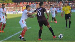 Indosport - Ismed Sofyan berusaha kawal ketat Muhammad Rahmat di final Piala Indonesia 2019 antara PSM Makassar vs Persija Jakarta beberapa waktu lalu.