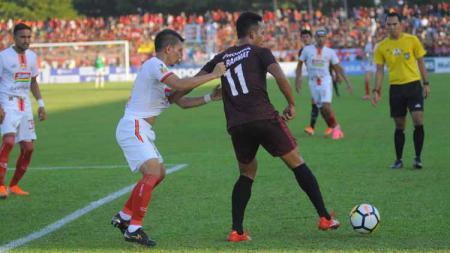 Ismed Sofyan berusaha kawal ketat Muhammad Rahmat di final Piala Indonesia 2019. - INDOSPORT